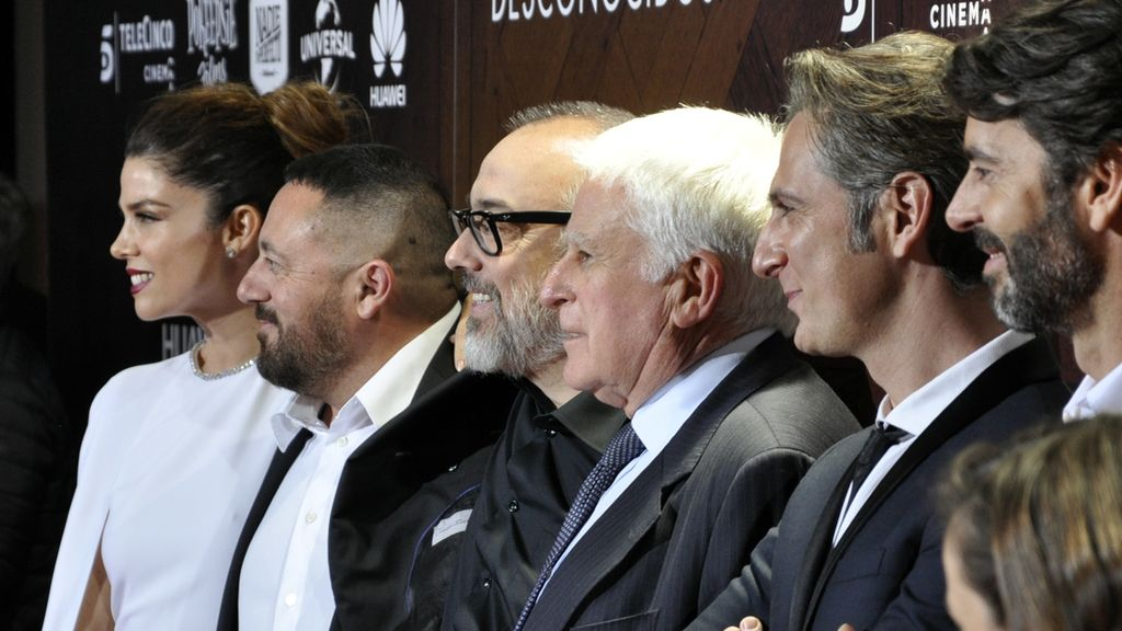 """Paolo Vasile posando junto al equipo de """"Perfectos desconocidos"""""""