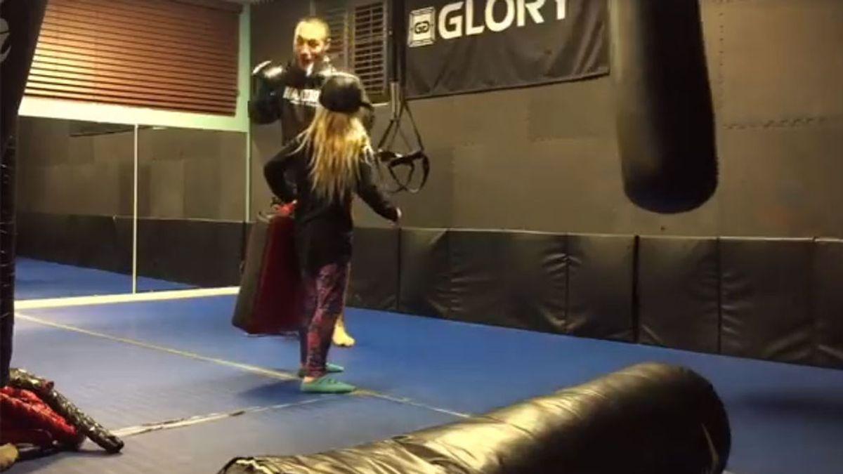 Una niña pide a su padre, luchador, que pruebe sus patadas con ella: el resultado es brutal pero ella se ríe