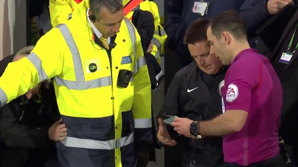 ¡Increíble! Un espectador tuvo que hacer de árbitro en un partido en Inglaterra