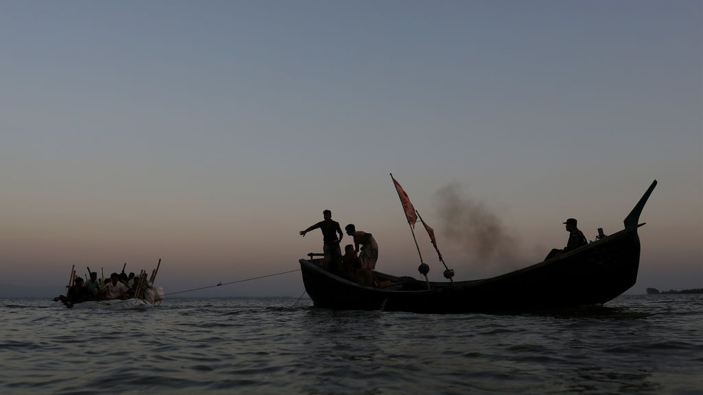 Refugiados Rohingya navegan en una balsa improvisada