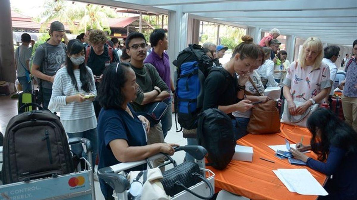 El aeropuerto de Bali reabre tras el cierre provocado por las erupciones del volcán Agung