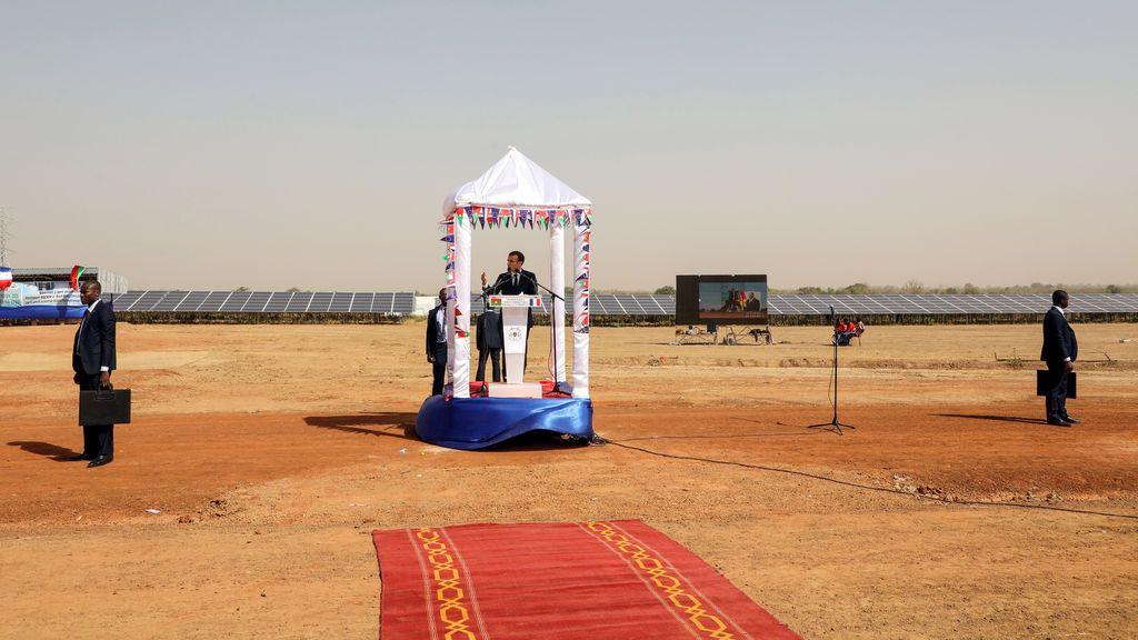 El presidente francés, Emmanuel Macron, pronuncia un discurso durante la ceremonia de inauguración de la planta de energía solar en Zaktubi, cerca de Ouagadougou, Burkina Faso