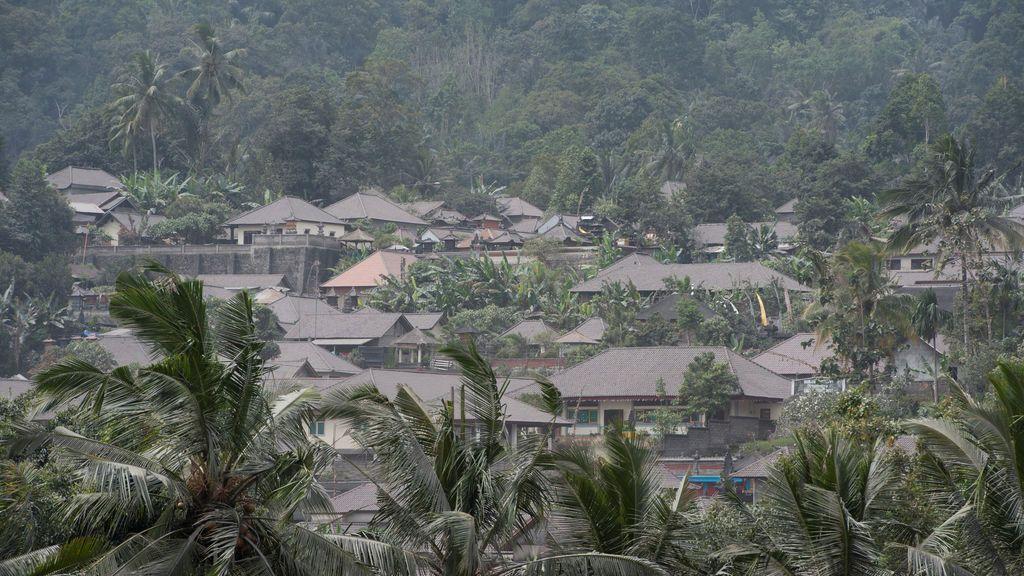 La ceniza de la erupción del Monte Agung cubre casas en la aldea sibetana en Karangasem, Bali, Indonesia