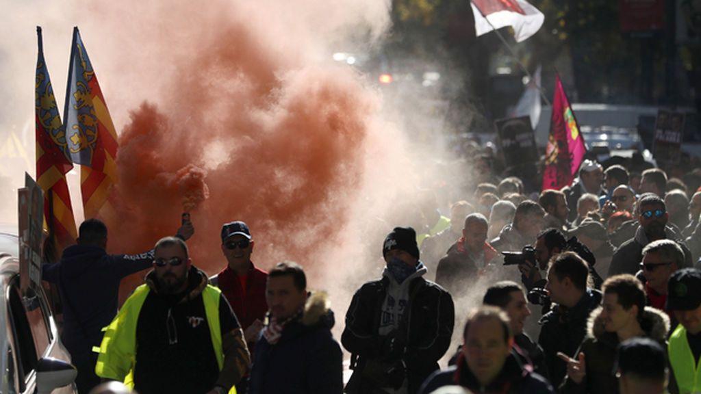 Bengalas y mucha tensión en las protestas de los taxistas en Madrid
