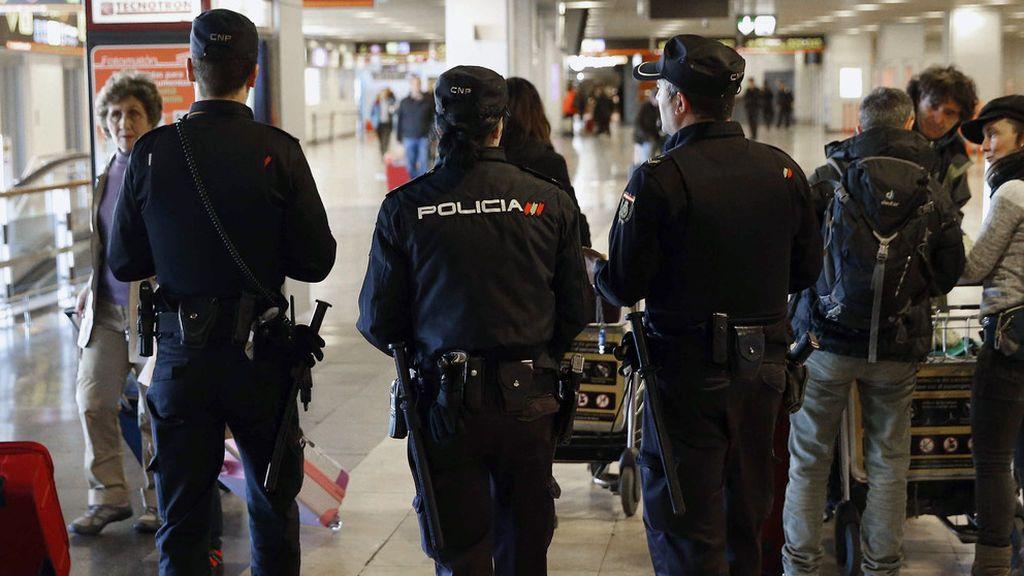 Los policías y guardias civiles amenazan con colapsar la Administración si Zoido no hay equiparación