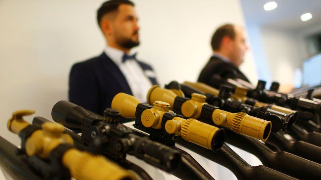 Las vistas telescópicas de las armas se muestran en la Conferencia de Seguridad de Berlín sobre Seguridad y Defensa Europea en Berlín, Alemania