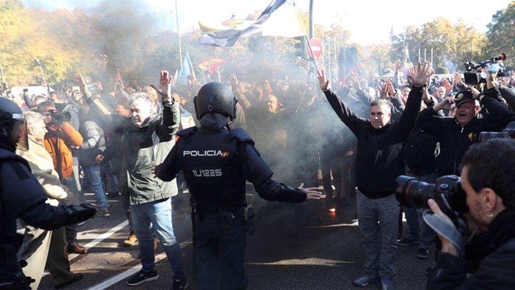 """Disturbios entre taxistas y policías en Madrid por la """"competencia desleal"""""""