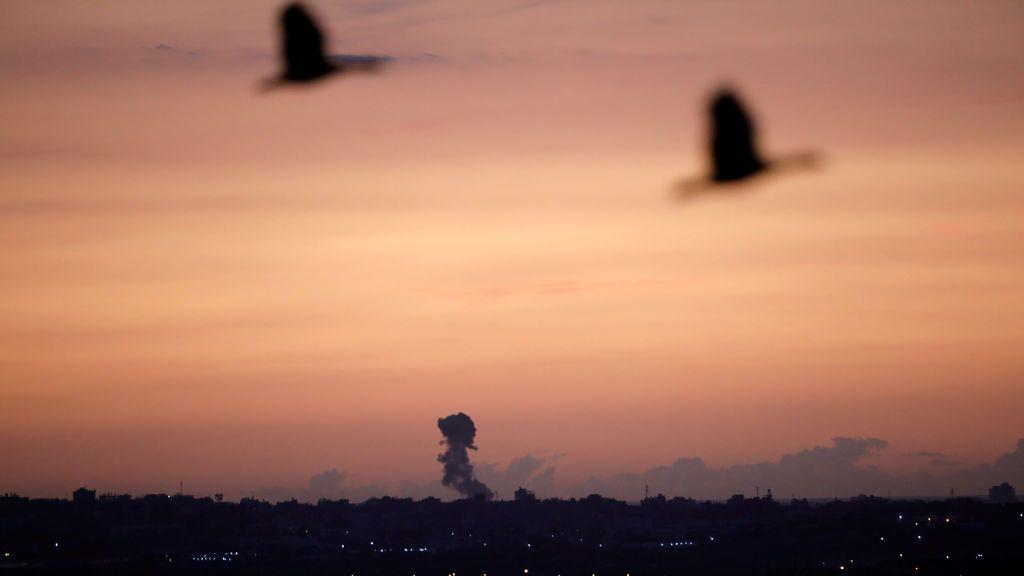 Una columna de humo puede apreciarse  en la franja de Gaza después de un bombardeo israelí