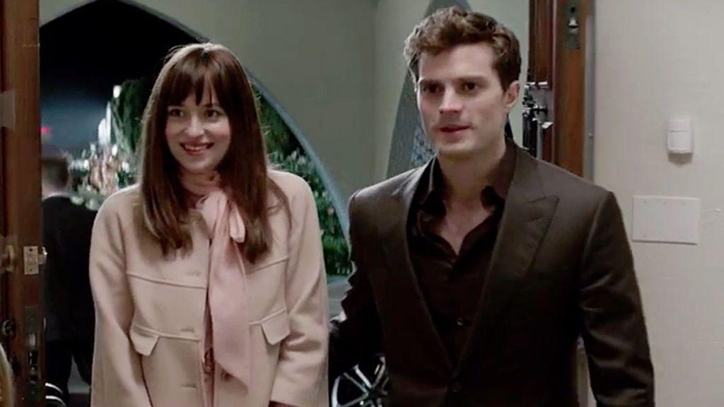 Los actores Dakota Johnson (Anastasia Steele) y Jamie Dornan (Christian Grey) en '50 sombras de Grey'.
