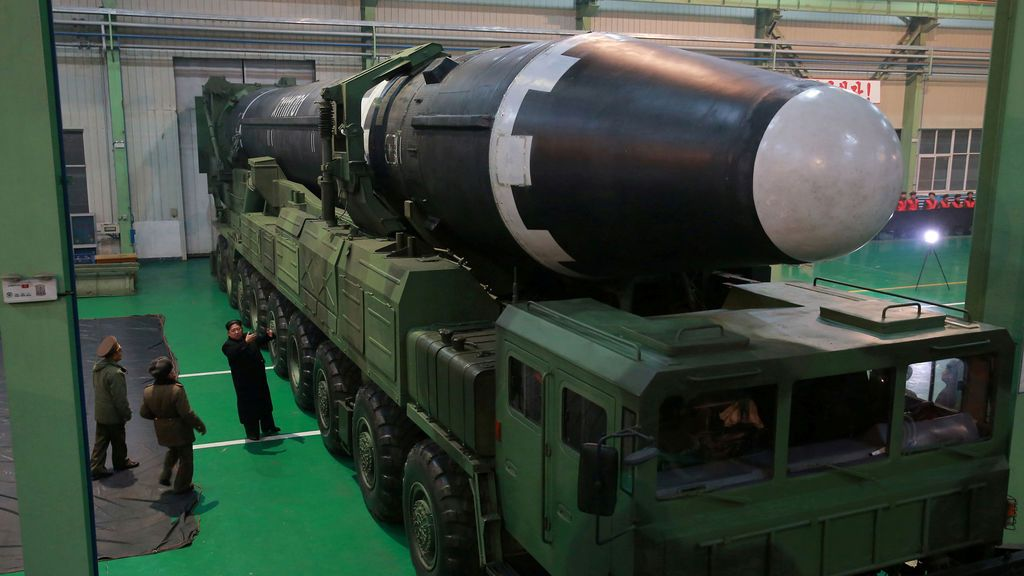 El líder norcoreano Kim Jong Un es visto como el cohete balístico intercontinental recientemente desarrollado. La prueba de Hwasong-15 fue lanzada con éxito en esta foto sin fecha publicada por la Agencia Central de Noticias de Corea del Norte (KCNA) en Pyongyang