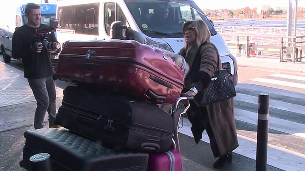 Las Campos ponen rumbo a Nueva York con una torre de maletas y música