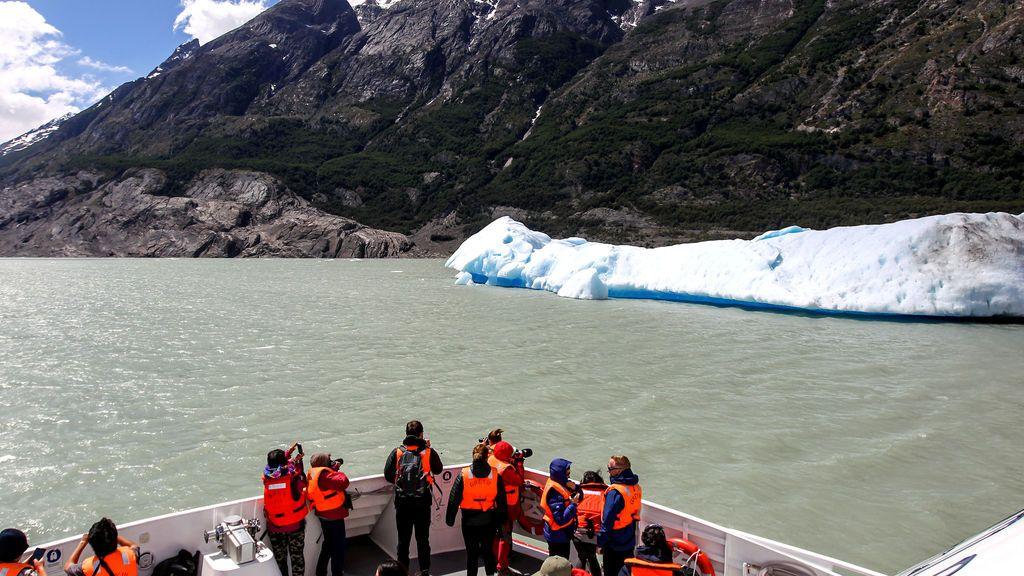 Un bloque de hielo separado de glaciar Grey flota en el Parque Nacional Torres del Paine en Chile