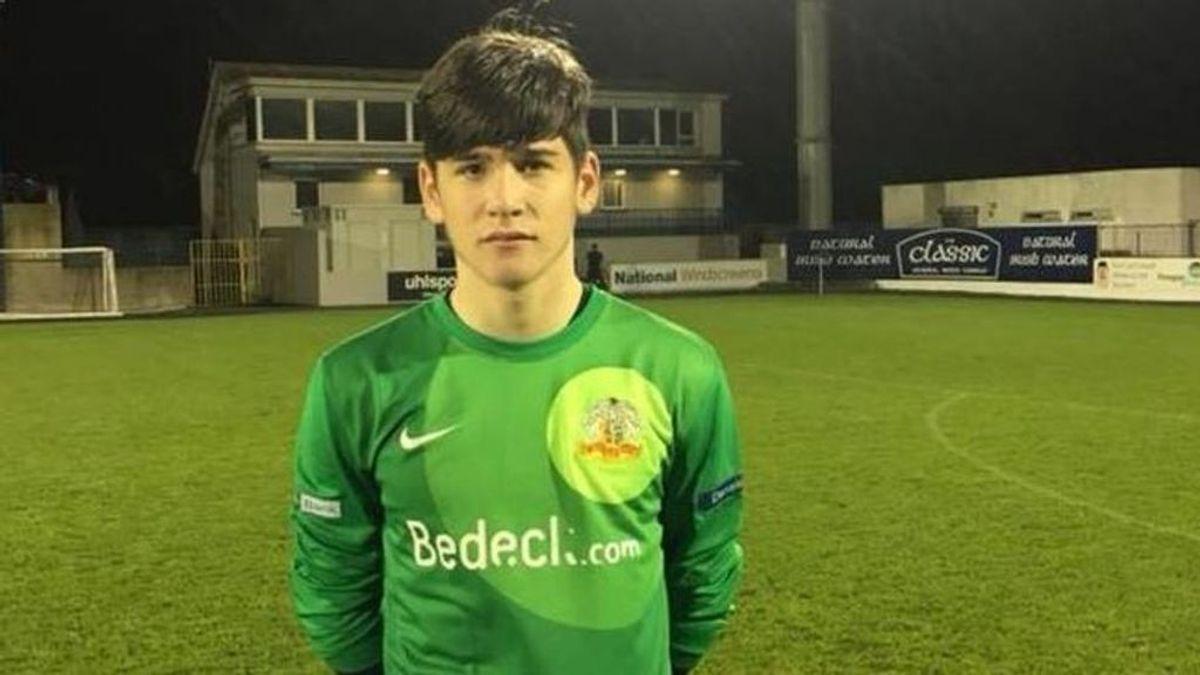 Debuta en un equipo de primera división de Irlanda del Norte… ¡con solo 14 años!