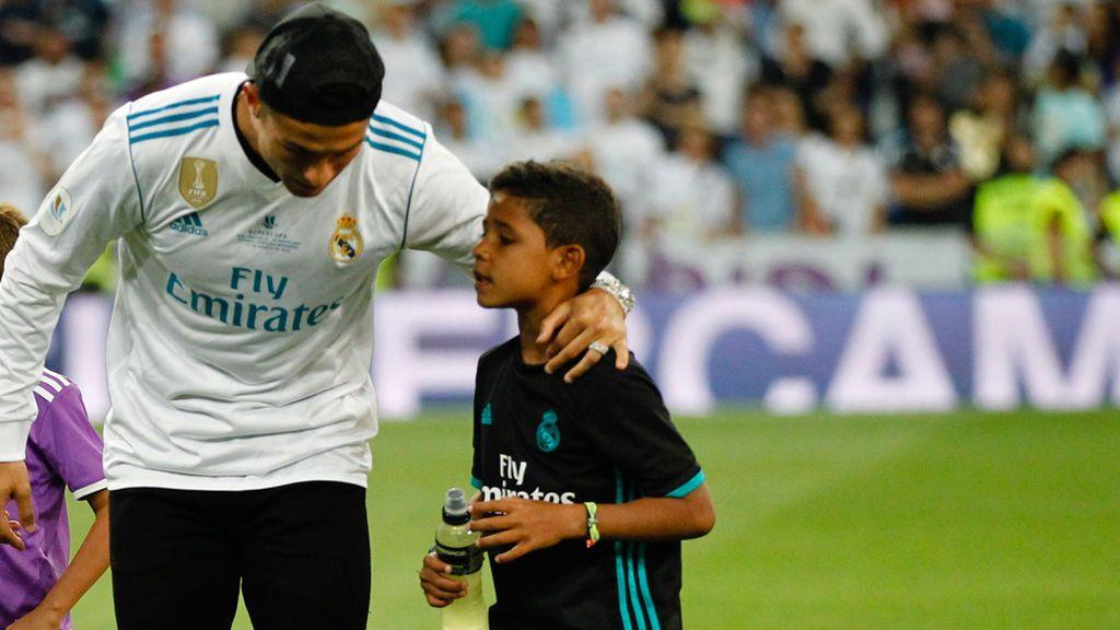 ¡Cristiano Jr ya imita los gestos de papá al tirar una falta… y marca este golazo!