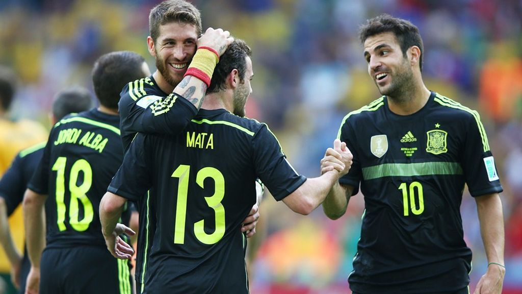 Los jugadores de la selección española Sergio Ramos, Juan Mata y Cesc Fabregas celebran un tanto anotado en el Mundial 2014 de fútbol.