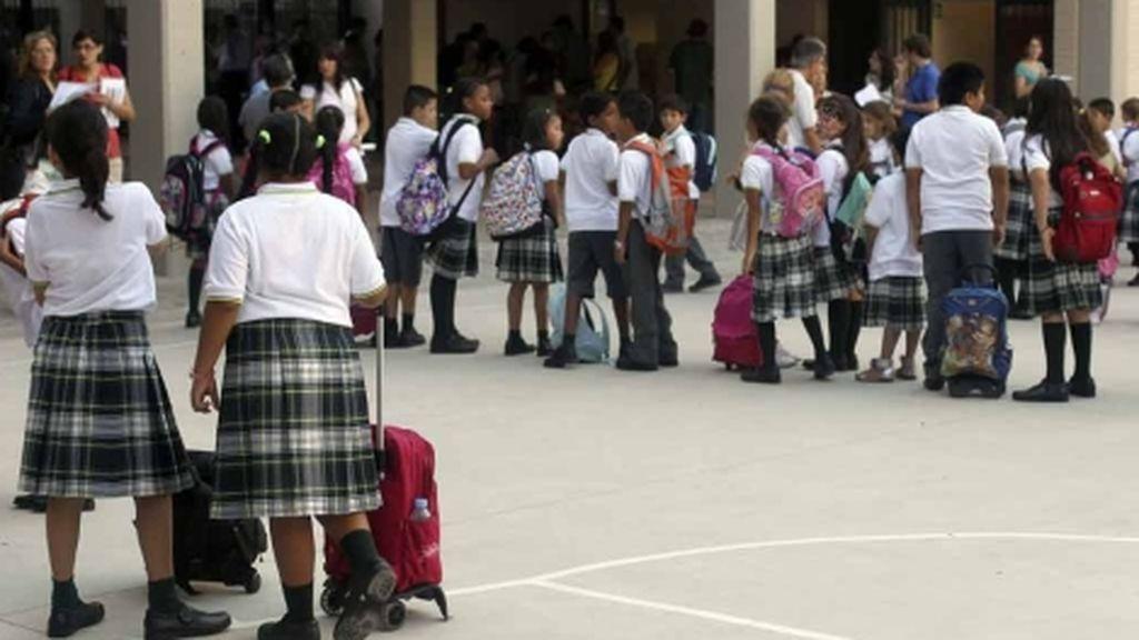 Expulsadas del instituto por quejarse de que su profesor les metía la mano por debajo de la falda