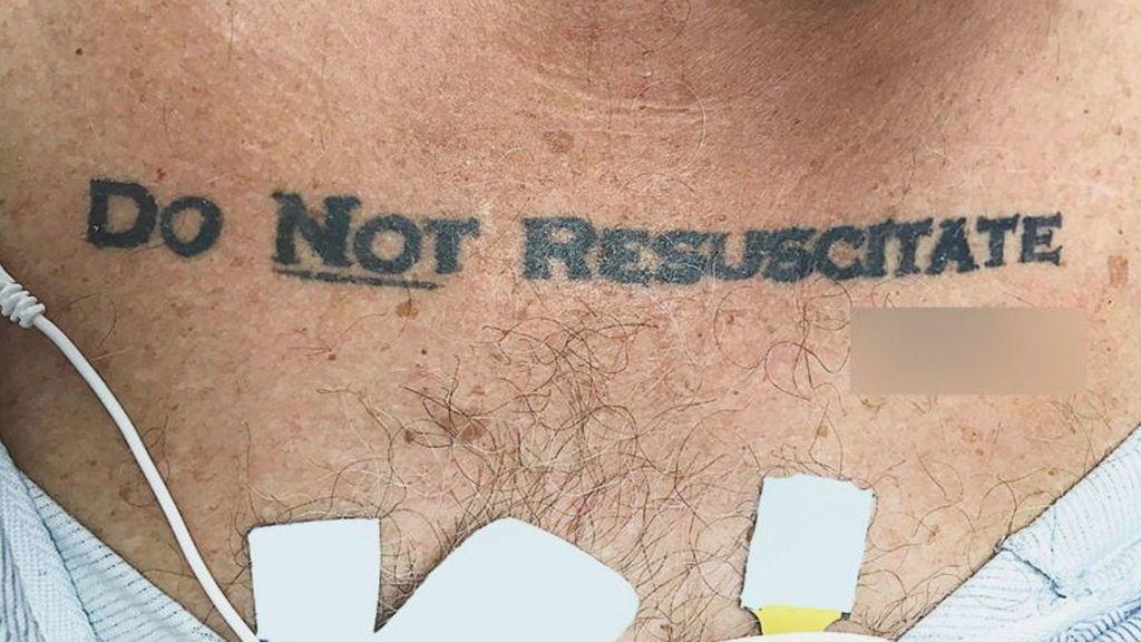 """Llega inconsciente a urgencias y los médicos se enfrentan a su tatuaje: """"No resucitar"""""""