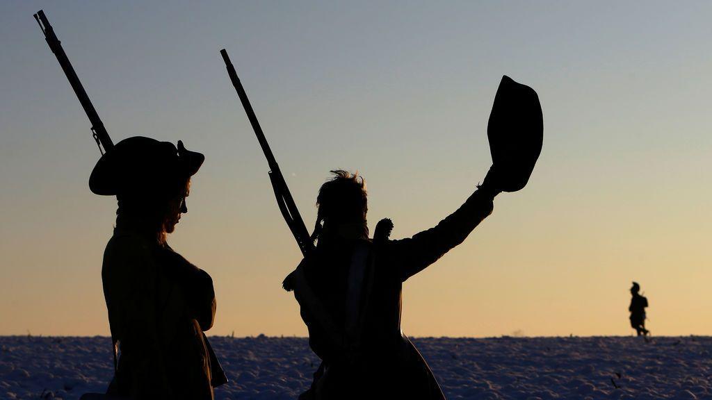 Entusiastas checos vestidos como soldados hacen guardia antes de una recreación de la famosa batalla de Napoleón de Austerlitz