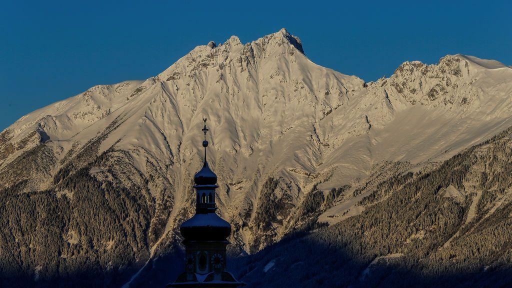 Las cumbres nevadas de la montaña se ven en la aldea austríaca occidental de Tulfes, Austria