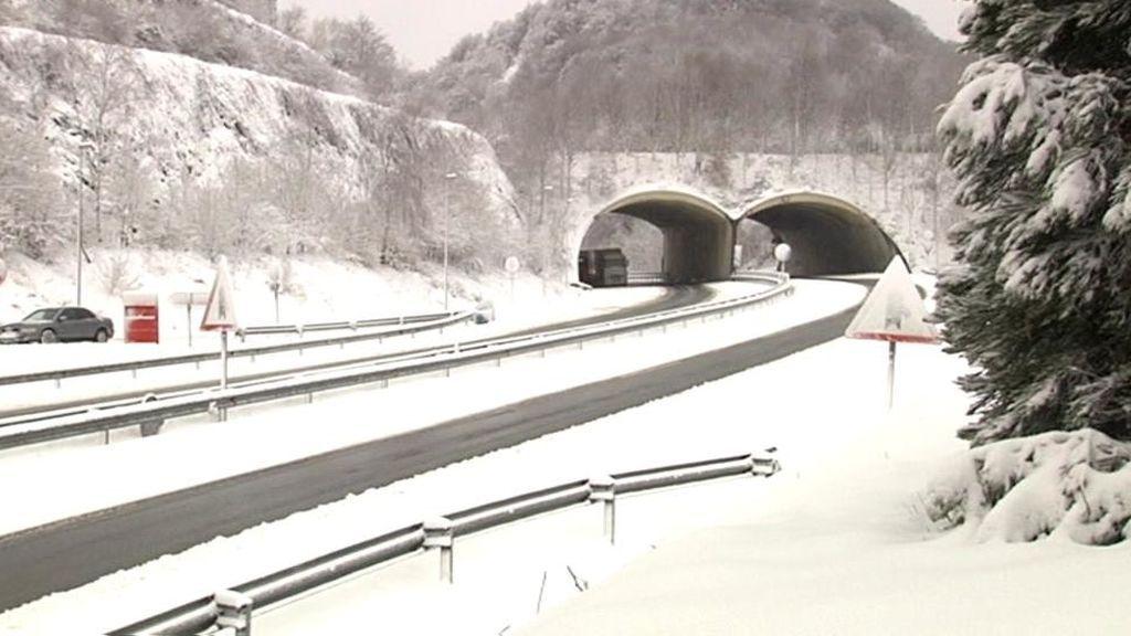 La nieve conquista las carreteras del norte