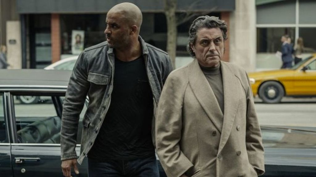 Ricky Whittle en el papel de Shadow Moon  e Ian McShane como Mr. Wednesday en 'American Gods'.