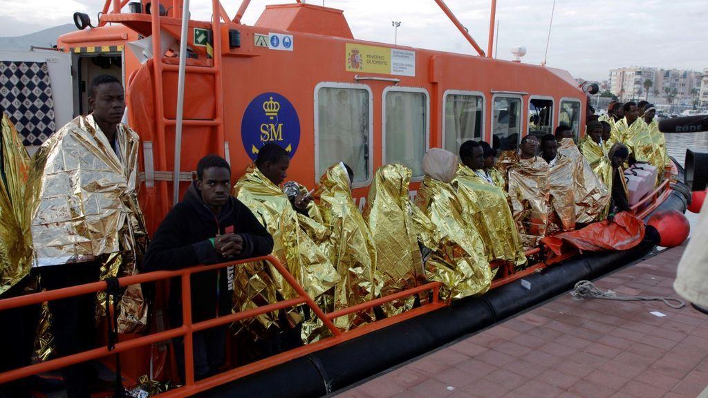 Rescatadas 40 personas magrebíes que cruzaban el Estrecho en una patera de madera