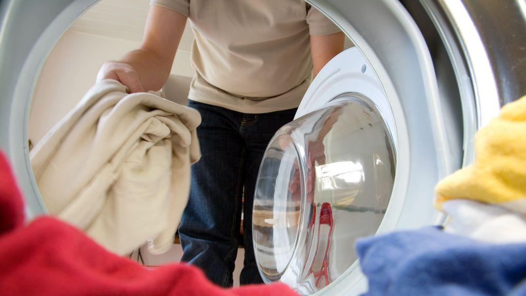 Una mujer contempla si divorciarse porque su marido lavó su ropa interior en la lavadora