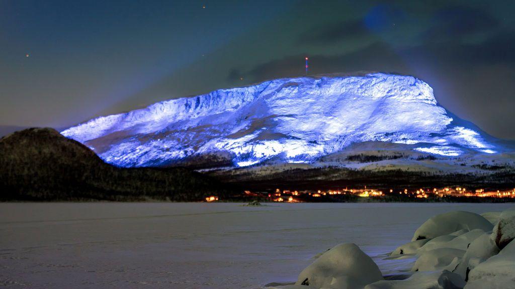 El Saana fell se enciende como parte del proyecto Luminous Finland 100, un evento de arte ligero que se celebrará en honor del 100 aniversario de la independencia de Finlandia, en Kilpisjarvi