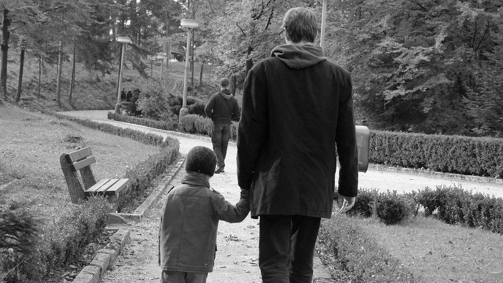 Entra en pánico cuando un extraño agarra la mano de su hijo por la calle