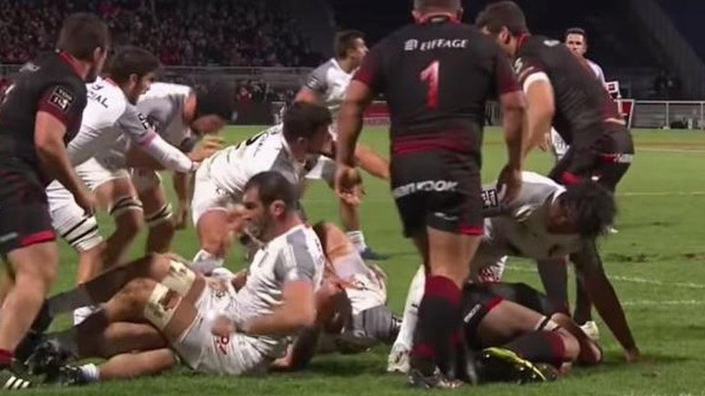 Magnífico gesto de un jugador de Rugby protegiendo con su cuerpo a un rival