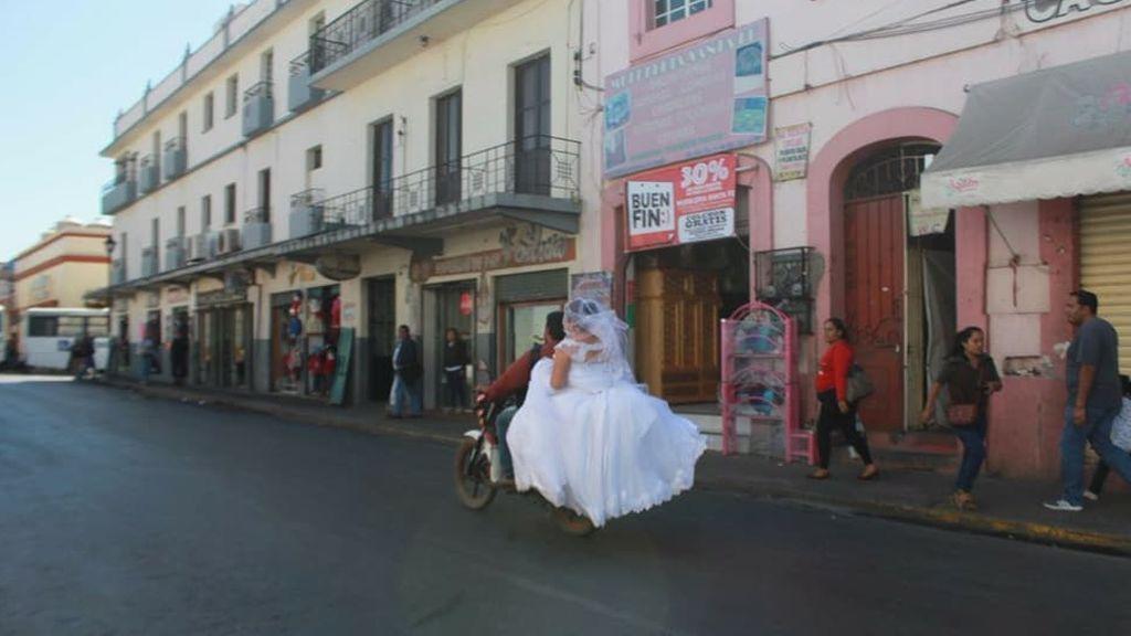 Una joven mexicana consigue llegar a tiempo a su boda gracias a un motorista