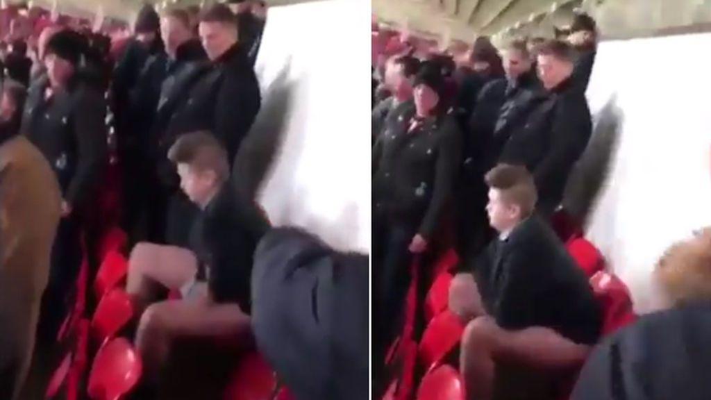 La imagen que escandaliza en Inglaterra: ¡Un aficionado defeca en su asiento tras otra derrota del Sunderland!