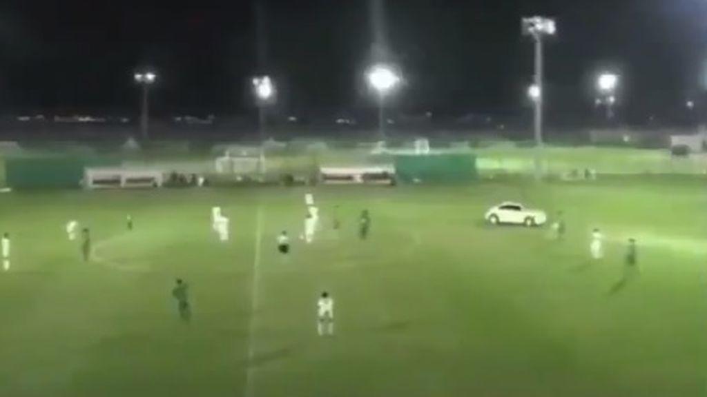 Un coche entra dentro de un partido a gran velocidad y desata el pánico ¡Tremendo!