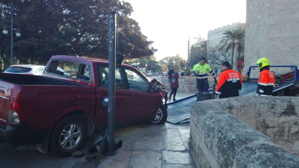 Tres heridos al chocar un coche con un bolardo en Valencia