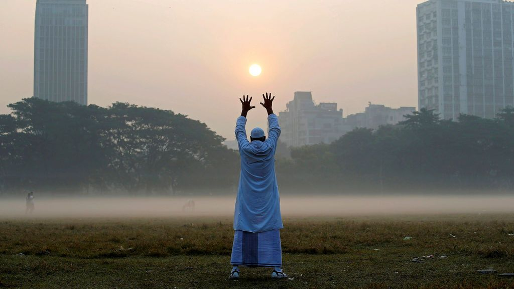 Un hombre se ejercita en un parque en una mañana de invierno en Calcuta, India