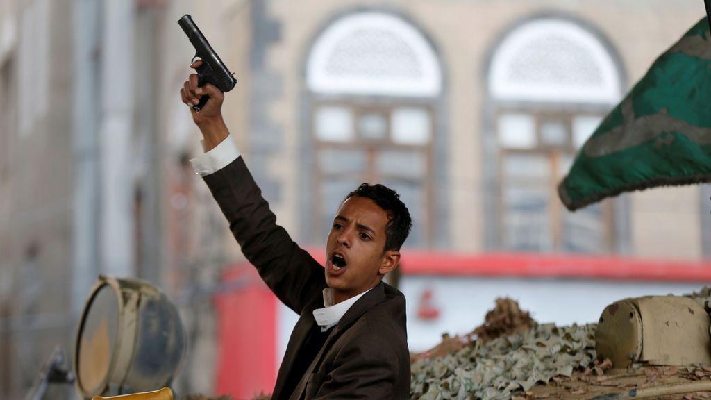 Un militante Houthi reacciona mientras se sienta en un tanque después de la muerte del ex presidente de Yemen, Ali Abdullah Saleh, en Saná, Yemen