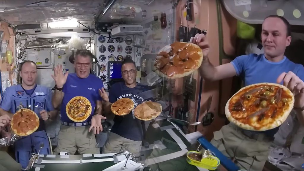 Pepperoni a tope y mucha guasa: los astronautas celebran la fiesta de la pizza en el espacio
