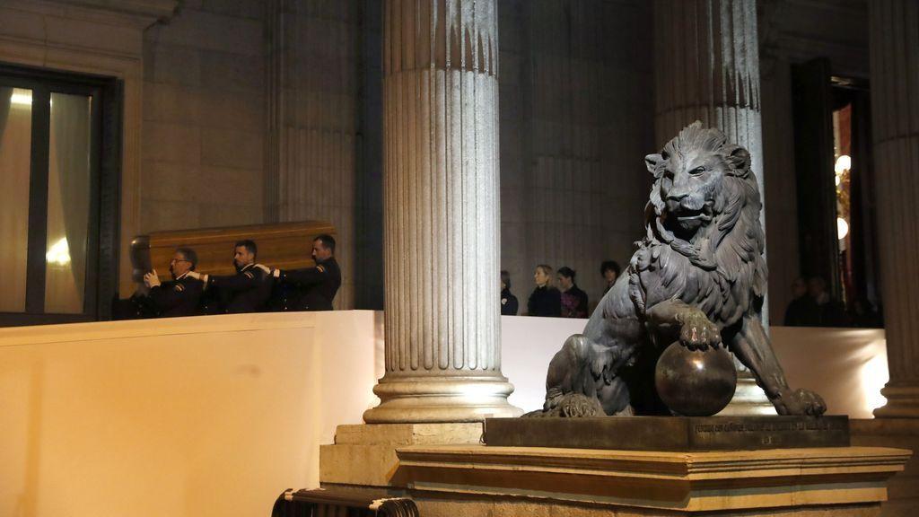 El féretro con los restos de Manuel Marín sale del Congreso entre aplausos
