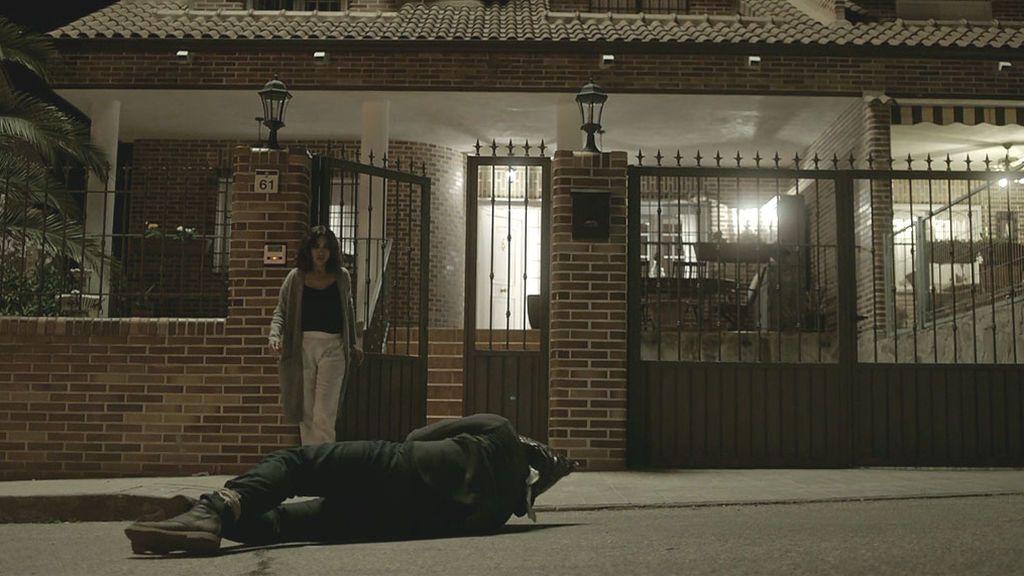 Un misterioso encapuchado aparece ante la casa de Lucía