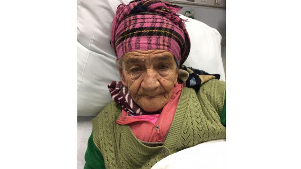La policía investiga la identidad de una anciana que fue hallada perdida en la calle