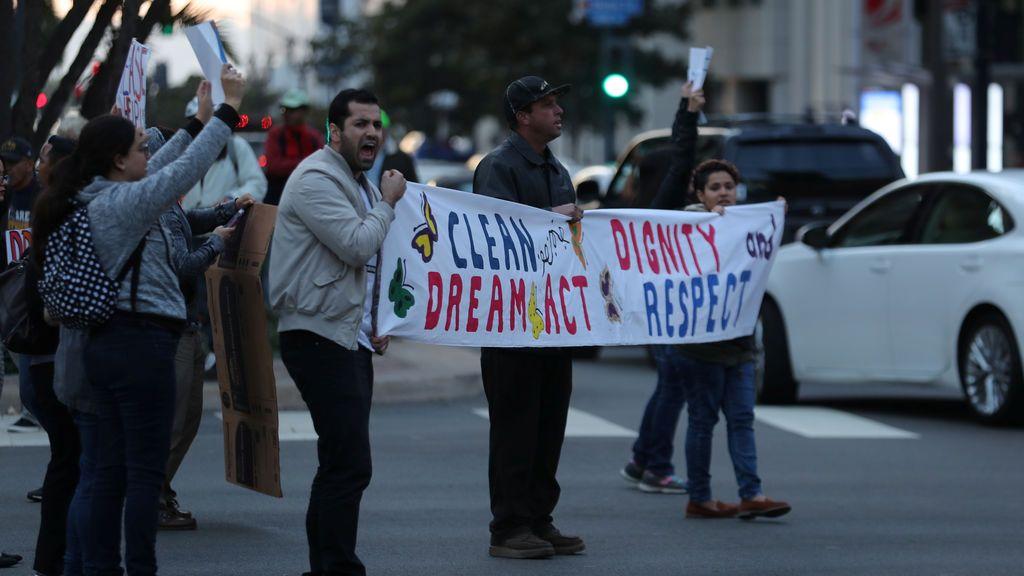 Un pequeño grupo de manifestantes bloquea el tráfico para demandar medidas del gobierno federal sobre la Acción Diferida para Llegadas en la Infancia (DACA) en el centro de San Diego, California, EE. UU