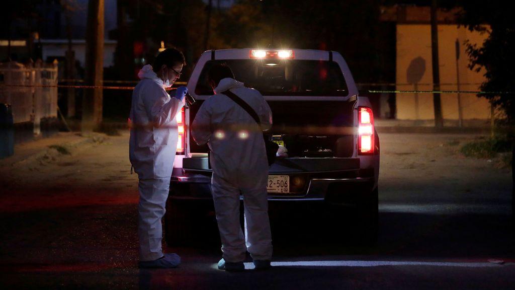 Técnicos forenses trabajan en la escena de un crimen donde tres hombres fueron asesinados por asaltantes desconocidos en el municipio de Cadereyta Jiménez, según los medios locales, en las afueras de Monterrey, México