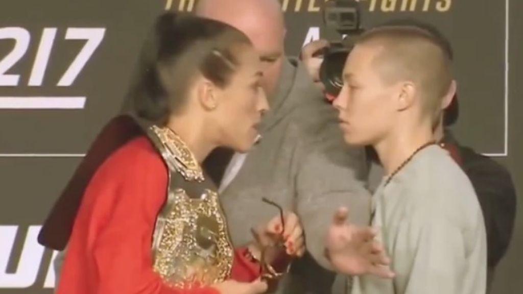 Una luchadora recuerda a otra el bullying que le hacía en el colegio y ésta le responde ganándole el título mundial de UFC