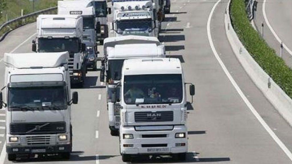Pinchan las ruedas a una treintena de camiones en la AP-7 de Barcelona