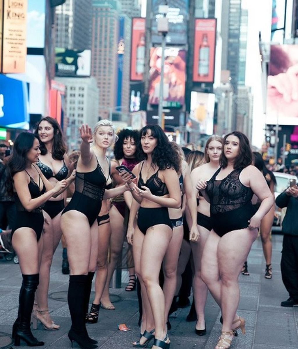 Modelos de talla grande en lencería paralizan Times Square para reivindicar su belleza