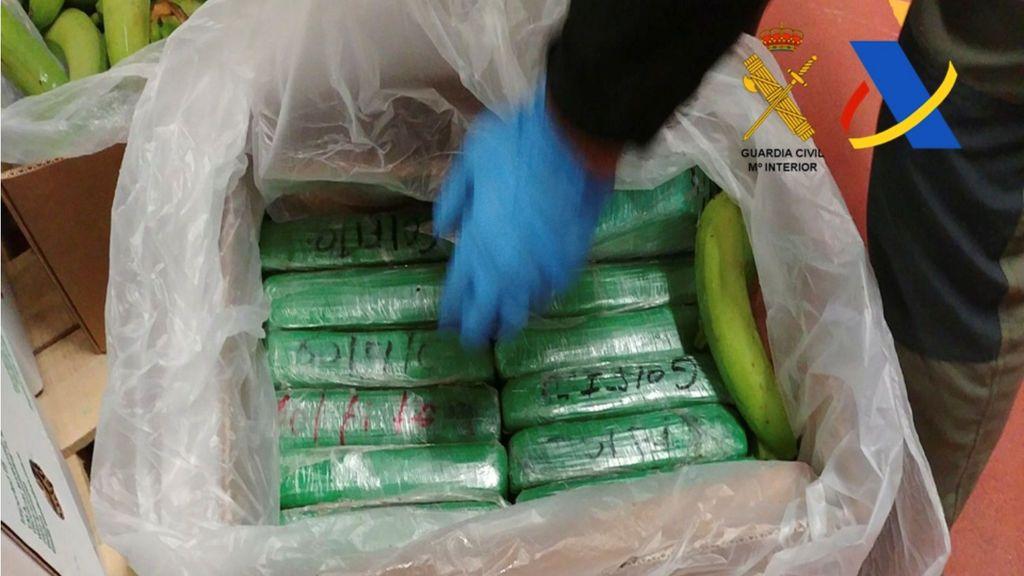 La policía española muestra paquetes de cocaína que fueron incautados en un envío de plátanos de Colombia en un contenedor en el puerto de Algeciras, España, en esta foto sin fecha entregada el 5 de diciembre de 2017.