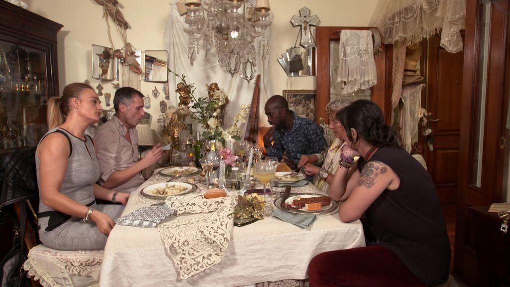 ¡La cena de Ane ha tenido de todo!: Bronca, momento hippie... y muchas muñecas de porcelana
