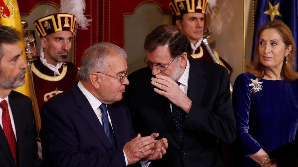 El presidente del Gobierno, Mariano Rajoy y el presidente del Tribunal Constitucional, Juan José González Rivas iz., durante el acto conmemorativo celebrado hoy en el Congreso de los Diputados con motivo del Día de la Constitución