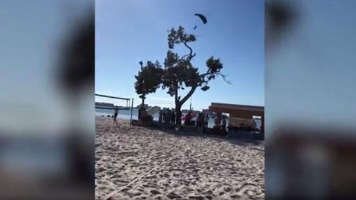 Una Papá Noel se lanza en paracaídas para repartir regalos y se estrella contra un árbol