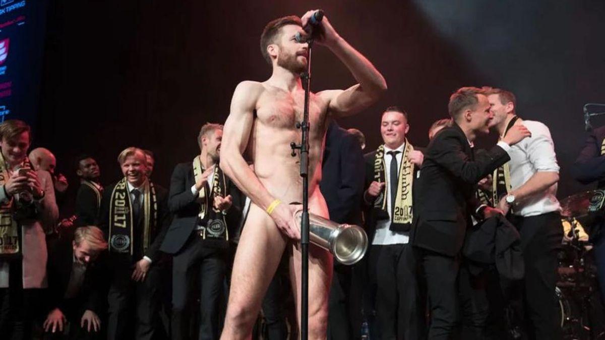 ¡Escándalo en Noruega! Un futbolista celebra un título desnudo y con el trofeo en sus geniales